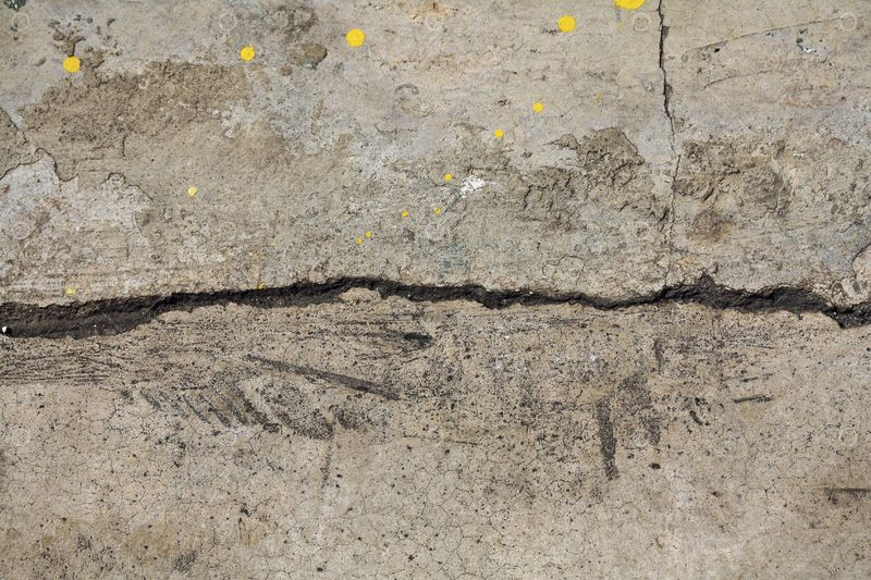 damagfed-concrete-with-crack0-in-the-middle-needing-concrete-repair